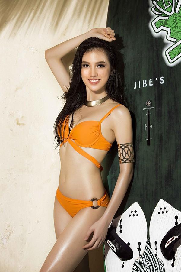 Vũ Thị Tuyết Trang hiện là biên tập viên của phòng Tiếng Anh, Ban Truyền hình đối ngoại, Đài Truyền hình Việt Nam. Người đẹp từng lọt Top 15 cuộc thi Hoa hậu Hoàn vũ Việt Nam 2017.