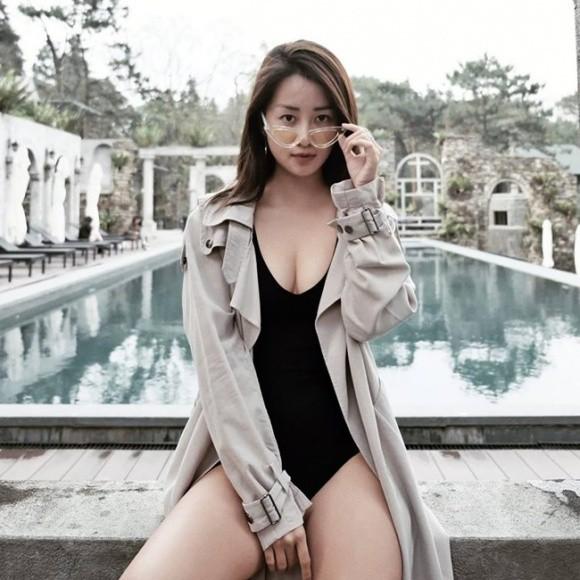 """Quỳnh Chi cũng từng đăng đàn xin ý kiến về việc """"làm ngực - nên hay không""""."""