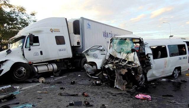 Xe rước dâu 16 chỗ BKS 75B-000.52 vẫn đứng tên sở hữu ông Phạm Bá Chẩn, trong khi đó người lái và người mua xe này là tài xế đã tử vong Lê Ngọc Cường.