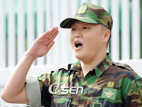 Nam ca sĩ phải phục vụ tới 4 năm trong quân ngũ.