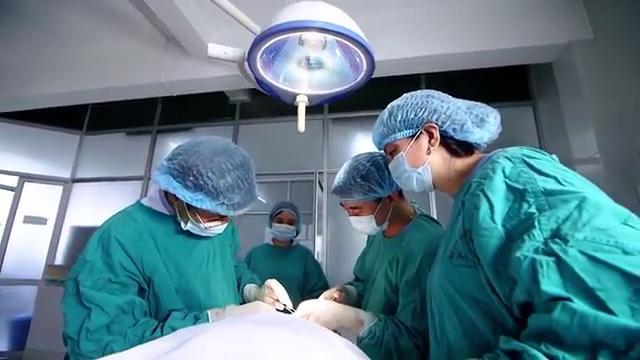 Bác sĩ BV Da liễu Trung ương thực hiện phẫu thuật cho bệnh nhân