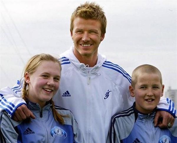 Kane và Kate là bạn thanh mai trúc mã của nhau. Bức ảnh này cặp đôi chụp cùng danh thủ David Beckham năm 2005.