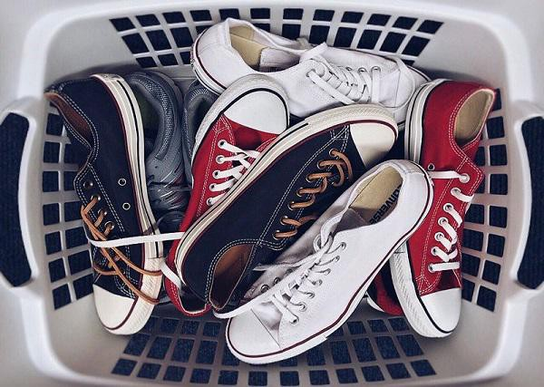 Cần vệ sinh giày thể thao thường xuyên để đảm bảo vệ sinh và độ bền của giày.