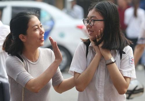 Phụ huynh động viên con thi vào lớp 10 Hà Nội năm học 2018-2019. Ảnh: Ngọc Thành.