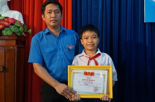 Bí thư tỉnh đoàn Quảng Ngãi Cao Lê Tùng Nghĩa trao giải nhì cho Minh Triết. Ảnh: Phạm Linh.