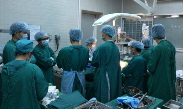 Phút mặc niệm người hiến thận ngày 25/5 của các y bác sĩ Bệnh viện Chợ Rẫy. Ảnh bệnh viện cung cấp.