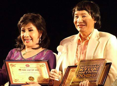 Minh Vương - Lệ Thủy được trao kỷ lục là cặp đôi nghệ sĩ gắn bó lâu nhất trên sân khấu cải lương.