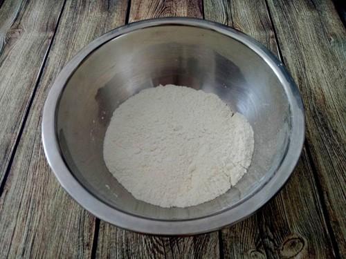 - Bước 2 (B2): Đánh đường, trứng, sữa tươi, whipping cream, mật ong và vani cho thật đều.