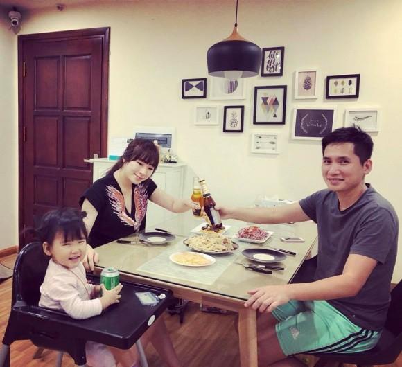 Trên trang cá nhân của vợ BTV Quốc Khánh thường xuyên chia sẻ những khoảnh khắc hạnh phúc của gia đình. Có thể thấy ngoài công việc, BTV Quốc Khánh là người đàn ông của gia đình. Anh rất yêu thương vợ và con gái của mình.