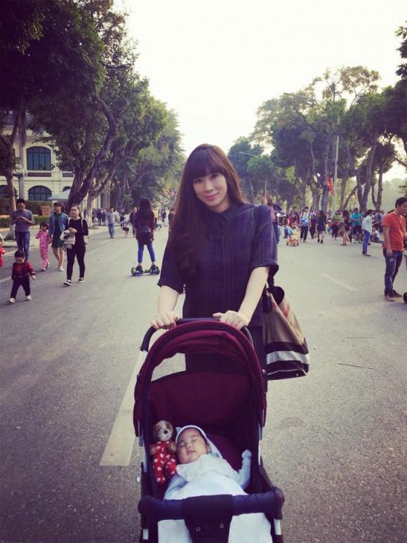 Vợ Quốc Khánh xinh như hot girl và hết sức trẻ trung dù đã làm mẹ của 1 bé gái.