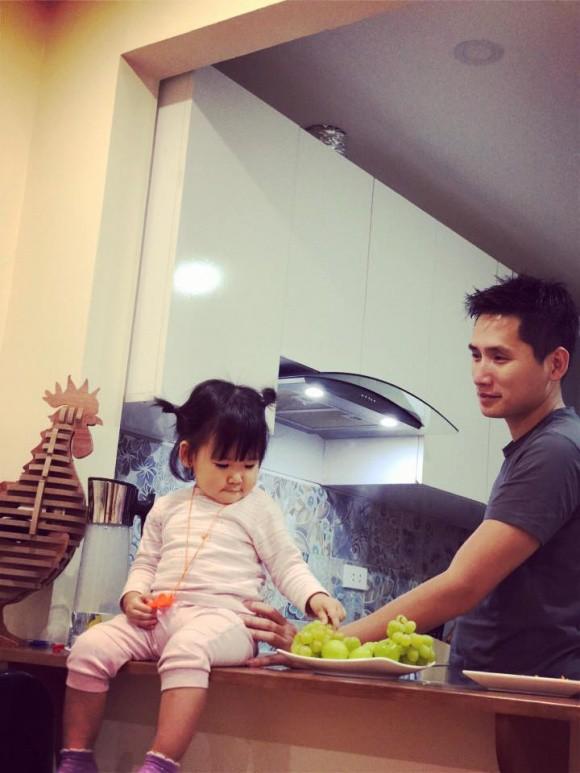 Anh dành nhiều thời gian để chơi cùng con gái bé nhỏ.