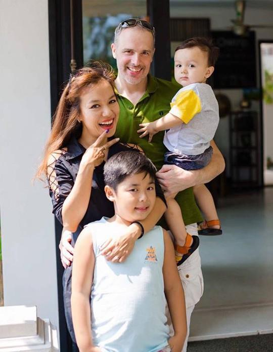 Cặp đôi đã có chung một cậu con trai, con riêng của Lý Thanh Thảo cũng góp mặt trong đám cưới của mẹ.