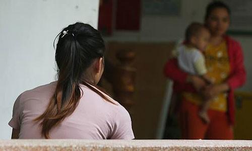 Để mặc vợ đương đầu với những chỉ trích của mẹ, anh Quân khiến mâu thuẫn giữa hai người phụ nữ ngày càng gay gắt. Ảnh: Ngọc Thành.