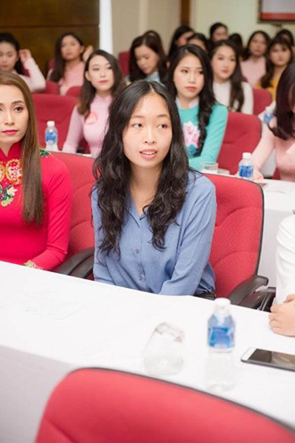 Ngoài ra, Hoa hậu Việt Nam 2018 có điểm nhấn khi thí sinh này có trình độ học vấn trên Thạc sĩ, đó là Đỗ Hoàng Vân sinh năm 1993. Đỗ Hoàng Vân từng có 3 năm theo học cử nhân và thạc sĩ ngành Vật lý lượng tử tại trường chuyên sư phạm Paris, Pháp và đã theo làm Tiến sĩ vật lý tại ý được 2 năm. Đây cũng là trường hợp đầu tiên thí sinh có trình độ học vấn trên Thạc sĩ tham dự Hoa hậu Việt Nam, cuộc thi HHVN 2018 ngoài vẻ đẹp nổi bật của các thí sinh thì cũng chú trọng đến học vấn và kiến thức của các thí sinh để tìm ra được người đăng quang ngôi vị cao nhất toàn vẹn cả sắc-trí-tài.