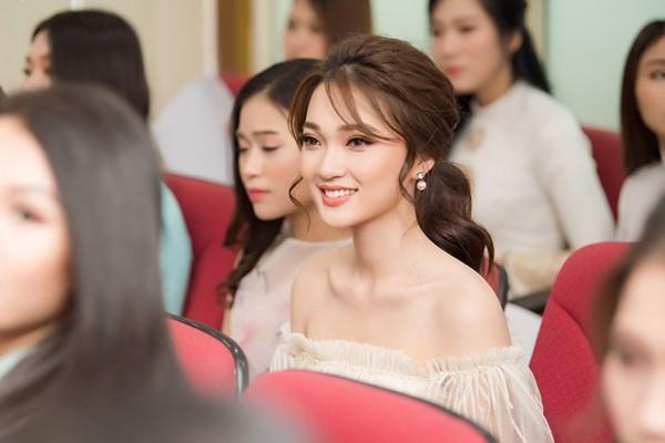 Thí sinh Nguyễn Thị Ngọc Nữ sinh năm 1994 từng lọt vào Top 10 chung cuộc và cũng là cô gái có gương mặt đẹp nhất Hoa hậu Hoàn Vũ 2017. Người đẹp xứ Nghệ Ngọc Nữ sở hữu nhan sắc ngọt ngào cùng nụ cười rạng rỡ.