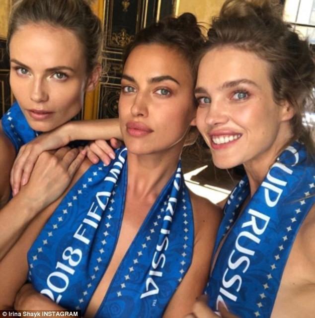 Irina Shayk không mặc áo khi cổ vũ tuyển Nga cùng hai cô bạn thân cũng là người mẫu.