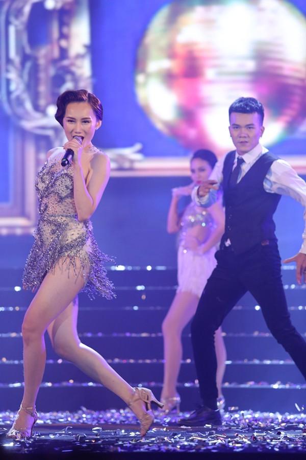 Trong chương trình tối qua, Hoàng Mỹ An mặc gợi cảm khoe tối đa vóc dáng. Cô thể hiện hai ca khúc Thiên đường ái ân và Sài Gòn samba.
