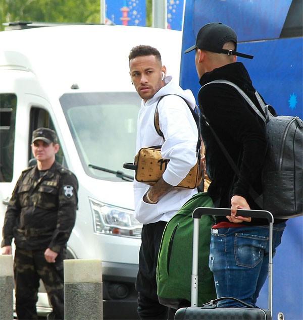 Anh và các đồng đội buồn bã nhìn nhau, không nở một nụ cười khi thu dọn đồ đạc lên xe ra sân bay.