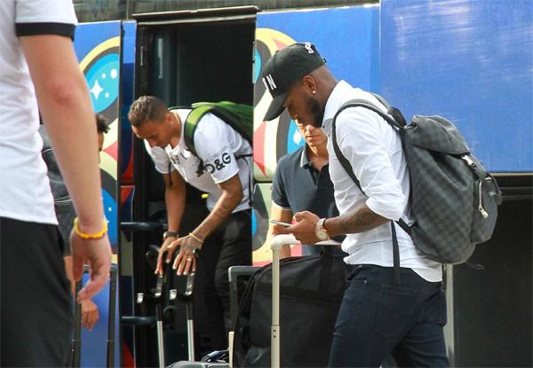 Các tuyển thủ Brazil lặng lẽ rời Nga.