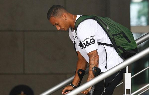 Hậu vệ Danilo chống nạng vì chấn thương.