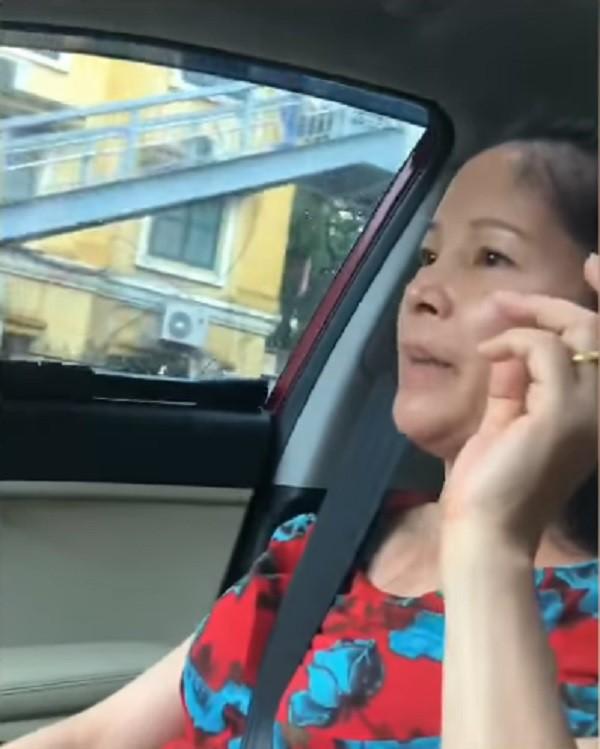 Người mẹ vừa ngồi trên ô tô vừa nói chuyện với con trai khiến cánh chị em thả tim không ngớt. Ảnh cắt từ clip