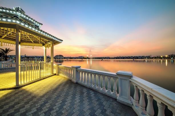 Hồ Harmony – Cảm hứng chính của NTK Hà Duy trong Bộ sưu tập lần này. Mặt hồ có diện tích bao la lên tới 12,4ha.