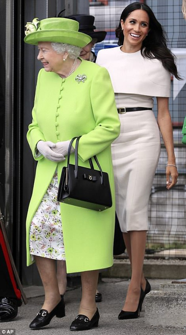 Ngày 14/6, Markle cùng Nữ hoàng Elizabeth II đến Chester để dự khai trương trung tâm văn hóa Storyhouse sau khi đi nghỉ tuần trăng mật về.