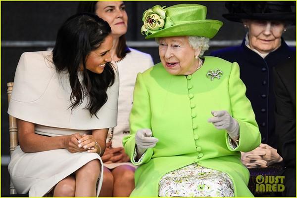 Trái với Kate, Meghan Markle được nữ hoàng Anh yêu mến và thân thiết hơn. Cô không cảm thấy áp lực mà lại vui vẻ tự nhiên.