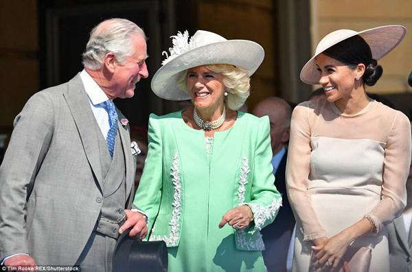 Trong lễ mừng sinh nhật thái tử Charles, Meghan xuất hiện chồng là công tước xứ Sussex, Meghan cũng được bố mẹ chồng thân thiện vui vẻ.