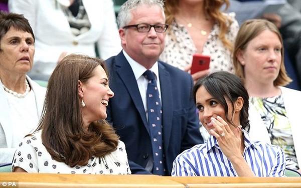 Theo Express, chị dâu Kate thường xuyên mời Meghan đến gia đình mình ở Kensington Palace để uống trà, góp phần giúp nữ Công nương xứ Sussex cảm thấy thoải mái, thư giãn hơn khi làm quen với cuộc sống hoàng gia cũng như là những tin tức thị phi đang bủa vây lấy cô ấy. Không chỉ vậy, anh chồng của Meghan Markle còn chia sẻ: Meghan là điều tốt đẹp nhất từng đến với Harry. Cô cũng nhận được tình cảm yêu mến của bố mẹ chồng cùng thân thích trong hoàng tộc.