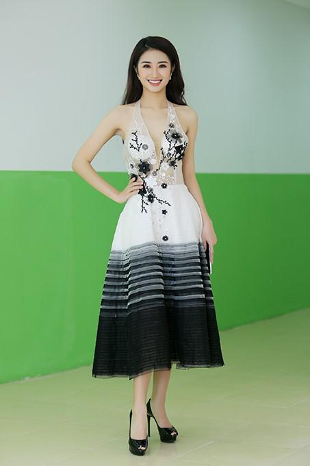 Hoa hậu Thu Ngân xuất hiện rạng ngời