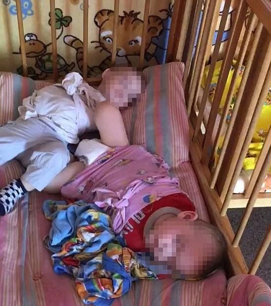 Mỗi chiếc cũi nhốt hai em bé bị trói chân tay tại nhà trẻ Nga. Ảnh: East2west News.