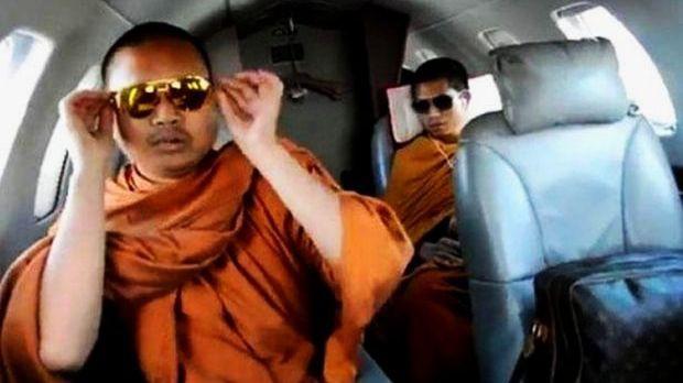 Bức ảnh Wiraphon đeo kính đắt tiền, xài túi hàng hiệu và ngồi chuyên cơ riêng đã khiến nhà sư này bị truy bắt.