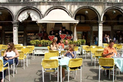 Quán cà phê Lavena thu hút đông khách du lịch do có vị trí đẹp, có thể vừa nhâm nhi đồ uống vừa ngắm toàn bộ quảng trường St Mark. Ảnh: Youtube.