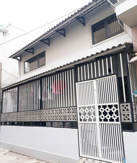 Mặt tiền ngôi nhà khá lớn 7 m nhưng gia chủ chỉ mở một cửa nhỏ cho lối ra vào, còn lại để trồng cây ngăn cách không gian sinh hoạt riêng tư trong nhà và hẻm,
