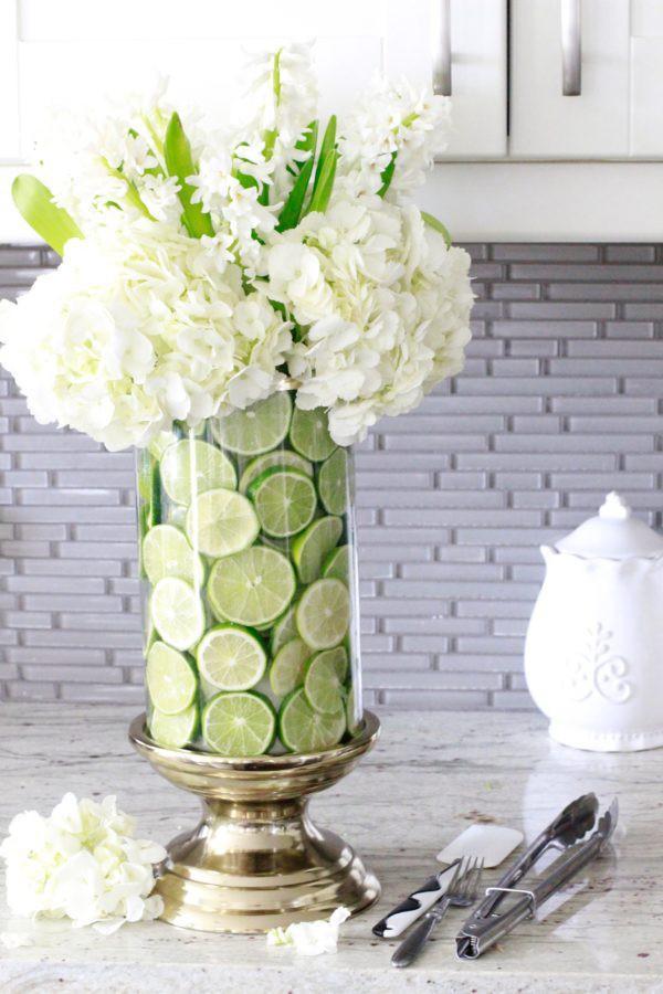 Những bông hoa trắng hơi hướng xanh hiện lên muôn phần xinh đẹp, tinh khôi khi được ủ bên dưới những lát chanh tươi mát