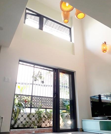 Với mong muốn căn nhà luôn tràn ngập ánh sáng và thoáng gió, KTS sử dụng cửa kính và khung rào cửa bằng sắt thưa để cả nhà được tiếp xúc với ánh sáng tự nhiên.