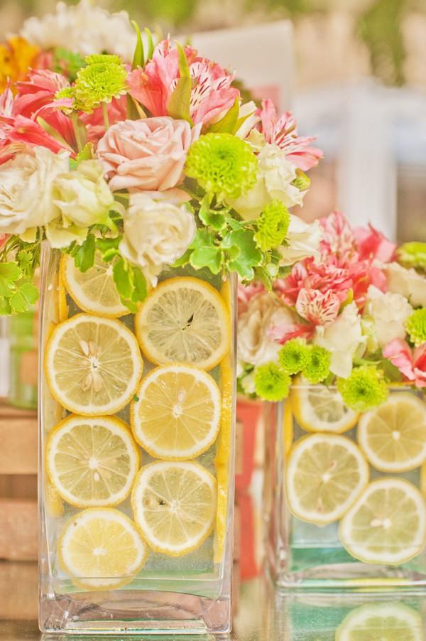 Những lát chanh vàng tươi được cắm trong lọ hoa tạo nên sắc màu rực rỡ, đầy sức sống.