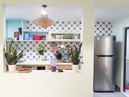 Vì diện tích căn nhà tương đối nhỏ, nên mọi đồ nội thất đều được tận dụng làm ngăn chứa đồ, xếp gọn gàng.