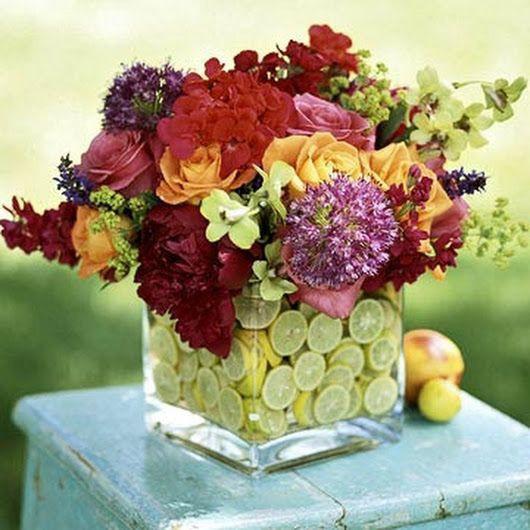 Lọ hoa xinh đẹp như bừng nở dưới đáy lọ chanh đầy sức sống.