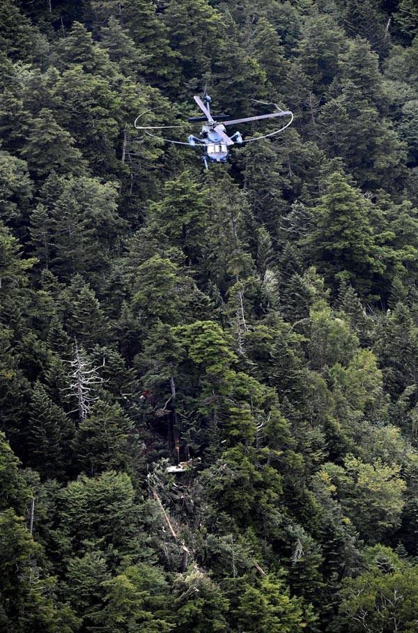 Lực lượng cứu hộ đang tiếp cận hiện trường vụ rơi trực thăng ở Kusatsu, tỉnh Gunma. Ảnh: Kyodo