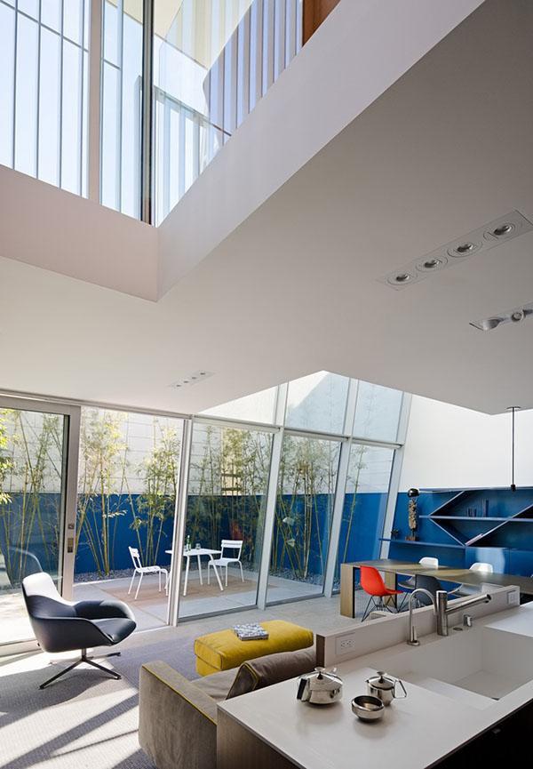 Phòng khách mang lại sự tiện nghi và là nơi diễn ra nhiều hoạt động chung của cả gia đình.