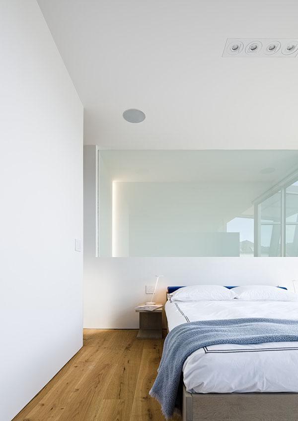 Không gian phòng ngủ với màu sắc trắng sáng chủ đạo sẽ giúp bạn thư giãn trong một thế giới bận rộn và nhộn nhịp.