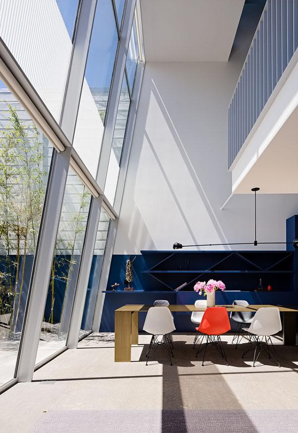 Để tạo ra một ngôi nhà hiện đại, cấu trúc căn nhà phải được tổ chức lại hoàn toàn so với ban đầu. Mỗi tầng được đặt giữa ba khối khu vực để kết nối với nhau theo chiều dọc thay vì theo chiều ngang truyền thống.