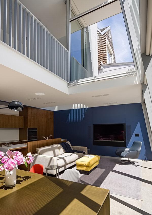 Để tối đa không gian ngôi nhà, tầng trệt được mở rộng ra phía sau. Mặt tiền nghiêng ở góc 9 độ, được xây dựng bằng khung thép và lắp kính cách nhiệt.