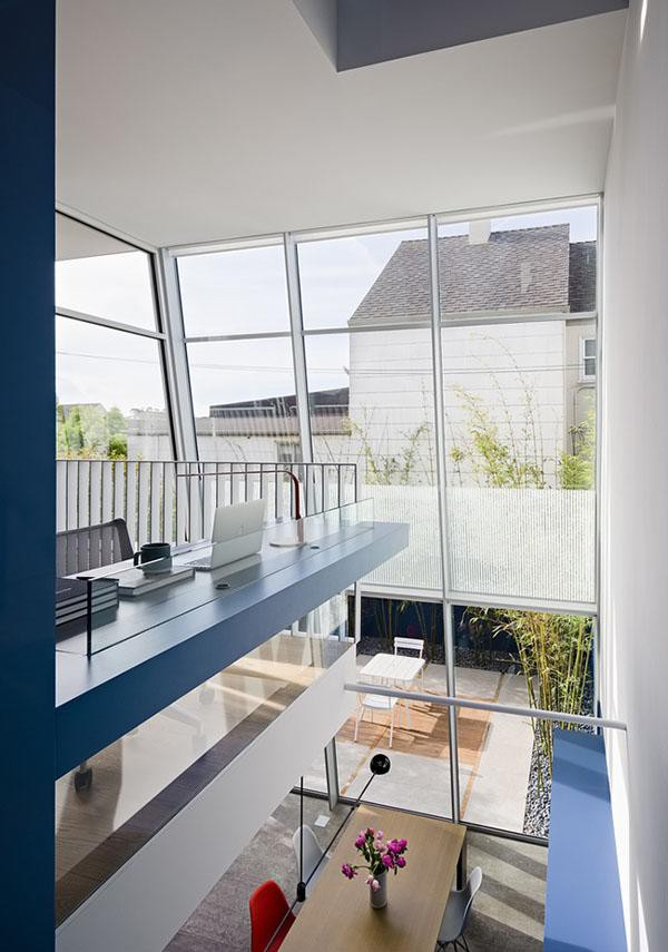 Bằng cách tái tạo lại toàn bộ không gian và đảo ngược hướng thiết kế ban đầu, ngôi nhà mang một diện mạo hoàn toàn mới