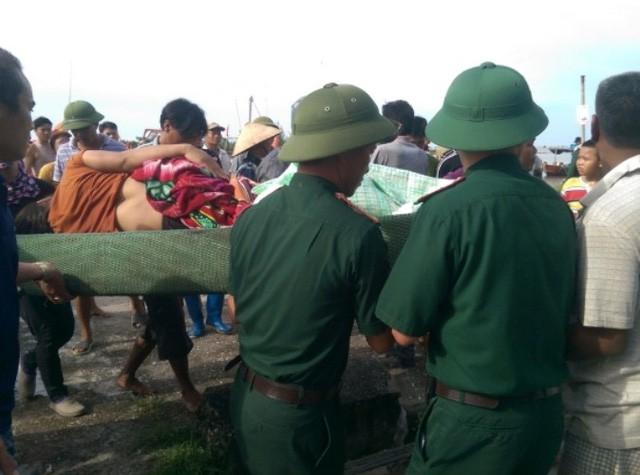 Thời điểm chị Thơm được lực lượng cứu hộ đưa đi cấp cứu. Ảnh: TL