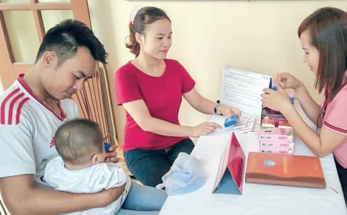 Cán bộ dân số xã Đông Hoàng (huyện Đông Hưng, Thái Bình) giới thiệu, tư vấn cho người dân sử dụng các sản phẩm của Đề án 818. Ảnh: TL