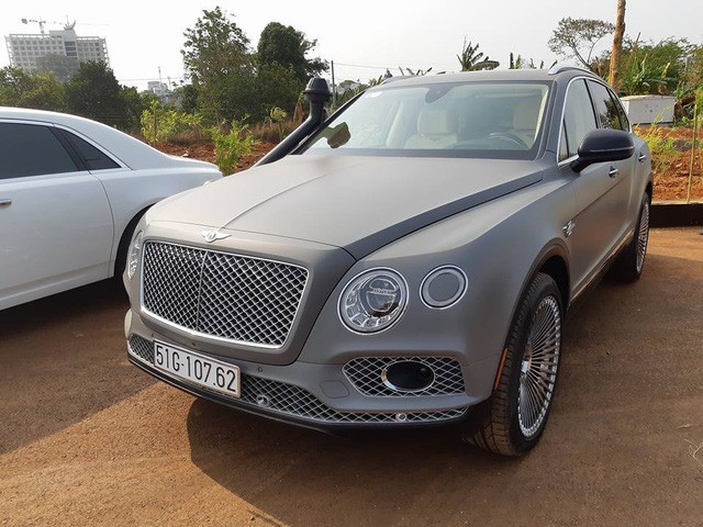Một chiếc Bentley Bentayga có ngoại thất màu xám, mâm đa chấu và độ thêm ống thở.