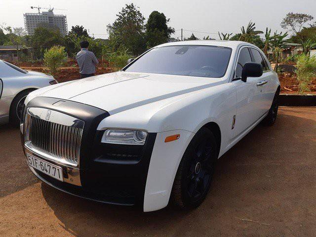Chiếc Rolls-Royce Ghost Series I khác được dán decal đen trắng.